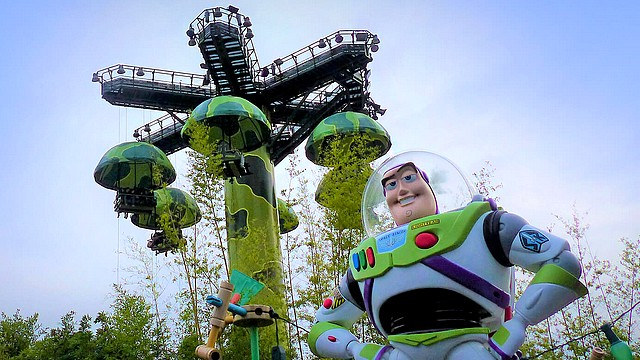 attraction parachute drop attraction toy story de walt disney studios