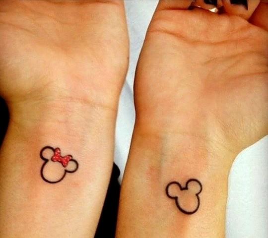 tatouage disney mickey minnie couple poignet discret